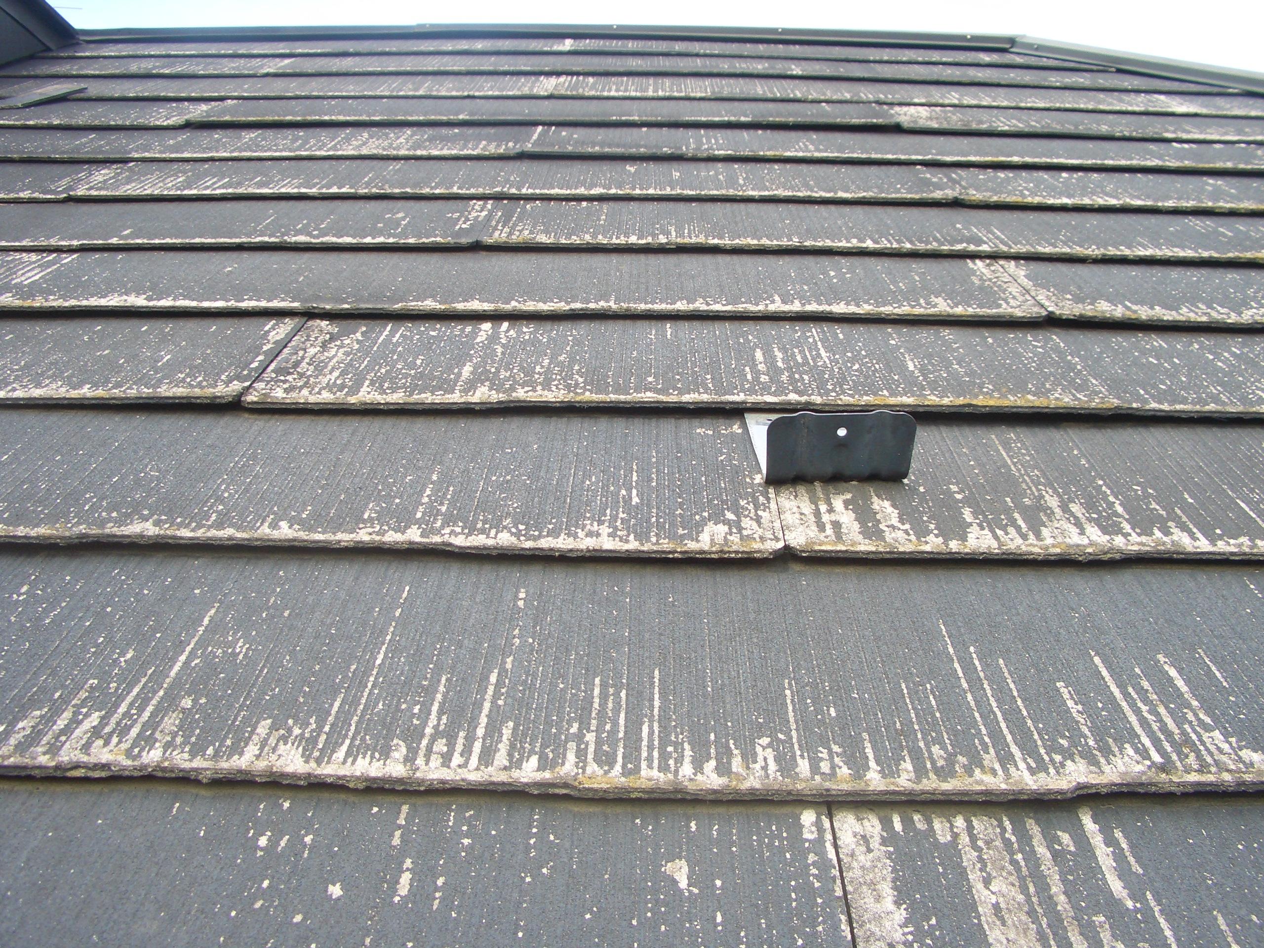 スレート重なり部の隙間が空いている屋根