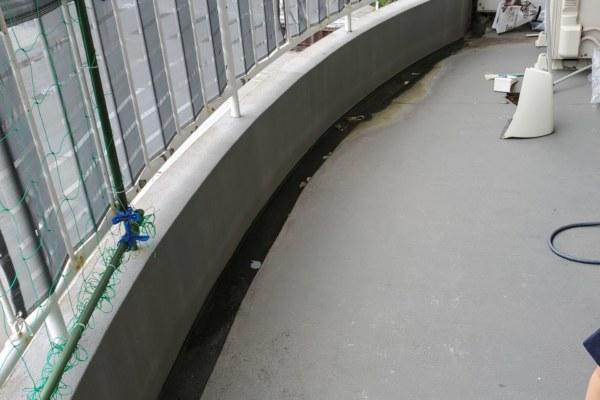 ベランダの水が流れず常に溜まっています。