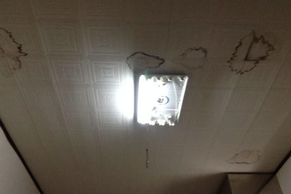 天井の雨漏りの染み